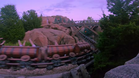 waar : Orlando, Florida. 16 mei 2019. Mensen met plezier Seven Dwarfs Mine Train achtbaan bij Magic Kingdom (7) Stockvideo