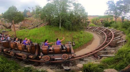 waar : Orlando, Florida. 16 mei 2019. Mensen met plezier Seven Dwarfs Mine Train achtbaan in Magic Kingdom (1)
