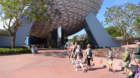 парад : Orlando, Florida. May 24, 2019. People walking and taking pictures next to the big sphere. in Epcot at Walt Disney World Resort area.