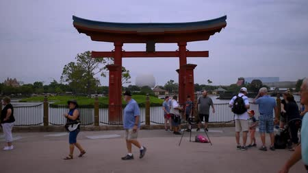 curto : Orlando, Florida. May 15, 2019. Photographer taking pictures of people with Japan arch in Epcot at Walt Disney World Resort area.