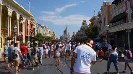 mysz : Orlando, Florida. May 30, 2019. Time lapse of People walking and taking photos on Main Street at Magic Kingdom.