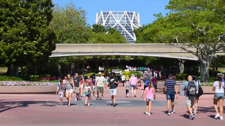 kind : Orlando, Florida. 24 mei 2019. Time-lapse van mensen die lopen op Future World West en Monorail in Epcot in Walt Disney World Resort.
