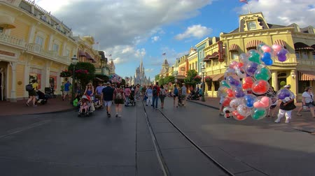 curto : Orlando, Florida. May 23, 2019. Time lapse of people walking on Main Street towards Cinderella Castle at Magic Kingdom.