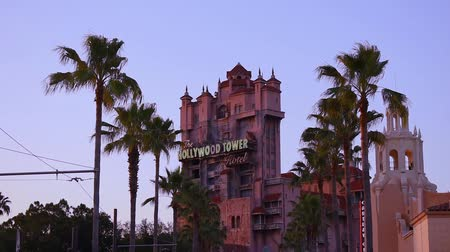 curto : Orlando, Florida. May 20, 2019. Top view of The Hollywood Tower Hotel, known as the Tower of Terror and palm trees at Hollywood Studios in the Walt Disney World area.