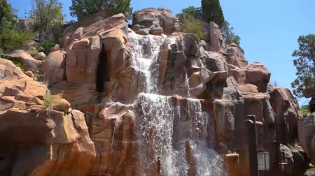 curto : Orlando, Florida. May 24, 2019. Top view of water falls on Canada Pavilion area in Epcot at Walt Disney World Resort area. Stock Footage