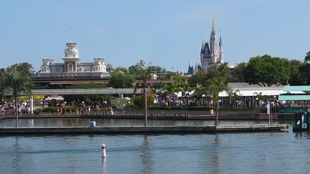 curto : Orlando, Florida. May 30, 2019. Beautiful view of Cinderellas Castle and Main Street Station from Ferry boat at Magic Kingdom. Stock Footage