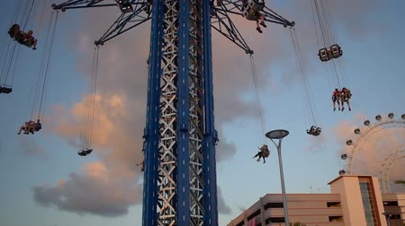 muis : Orlando, Florida. 23 mei 2019. Mensen genieten van Orlando Star Flyer in International Drive.