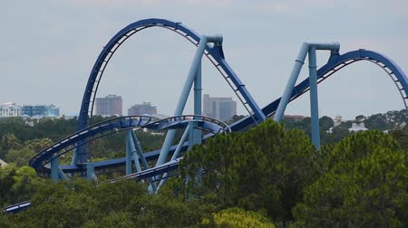 универсальный : Orlando, Florida. June 03, 2019. People having fun amazing Manta Ray rollercoaster at Seaworld 1 Стоковые видеозаписи