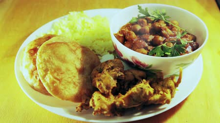 hint : Indian lunch plate. Rice, soup of chickpeas, poori, pakora Stok Video