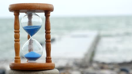 dia : Hourglass on the background of the waves of the sea