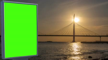 poste de sinalização : Billboard green screen on the background of the bridge Vídeos