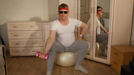 felnőtt : Fat man doing fitness with pink dumbbells