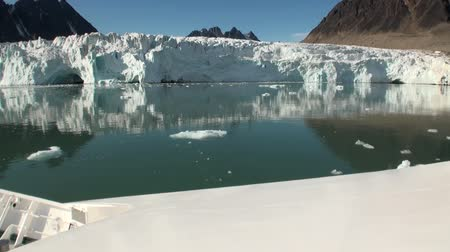 úszó jéghegy : Sea mountains and large icebergs reflecting in the water.  Fantastic wonderful amazing video grennlandii nature iceland. Lovely shooting the life of nature, seaside and mountains.