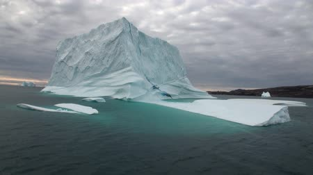 disko : Big Iicebergs floating in sea around  Greenland in icefjords. Fantastic wonderful amazing video grenland nature iceland. Lovely shooting the life of nature, seaside and mountains. Global warming. Stock Footage