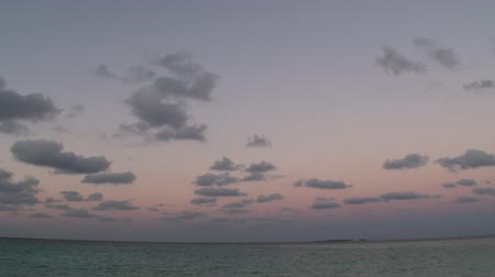takımadalar : Beautiful golden sunset at tropical beach, amazing colors, light beam shining through the cloudscape over Maldives gulf seascape. Nature background. Ocean beach waves on beach at sunset. Stok Video