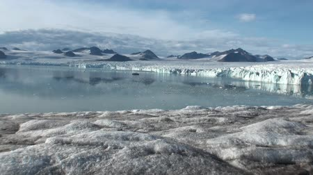 úszó jéghegy : Panorama glacier on the border with the ocean.  Fantastic wonderful amazing video grenland nature iceland and Arctic. Lovely shooting the life of nature, seaside and mountains. Global warming.
