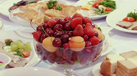 ruský : Tasty fruit - peaches, cherries, cherry, food served on Swedish table: meat, fish, fruit, strawberries, mushrooms, herbs various cakes and pastries Russian cuisine and snacks