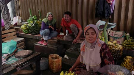базарная площадь : Indonesia, Jakarta - 23 October 2016: Vendors talk on the food market in Jakarta, Indonesia. Island Java. Funny and hard-working people.