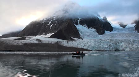 ártico : Moving Ice Floes on background of mountain on water of Arctic Ocean in Svalbard. Wildlife in Nordic badlands. Unique footage on background natural landscape and snow of Spitsbergen.