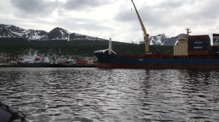 luxo : Cargo barge on a background of clouds in sky and mountains view from the boat. Beautiful landscape of wild nature. Quiet and calm ecotourism. Panorama of way to cold Antarctica.
