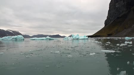 takımadalar : Moving Ice Floes on background of mountain on water of Arctic Ocean in Svalbard. Wildlife in Nordic badlands. Unique footage on background natural landscape and snow of Spitsbergen.