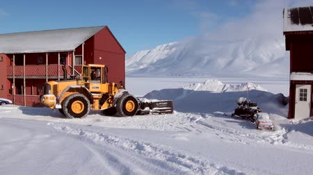 tampado : LONGYEARBYEN, SVALBARD - 23 APRIL, 2015: Landscape and buildings, roads in Small town Longyear among snow capped mountains of Norwegian archipelago of Svalbard in early spring in Norway.