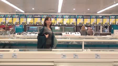 ação : Moscow, Russia - 20 May 2016: Fish department in supermarket. People buy foodstuffs. Retail Food Industry.