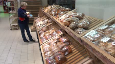 sekaná : Moscow, Russia - 20 May 2016: Woman buys bread in the supermarket baking department. People buy foodstuffs. Retail Food Industry. Dostupné videozáznamy