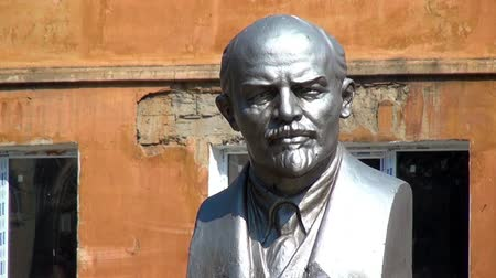 biust : Alapaevsk, Russia - 17 July 2012: Monument to Vladimir Lenin. The bust of VI Lenin is one of the monuments to the leader of the 1917 revolution in the Urals.