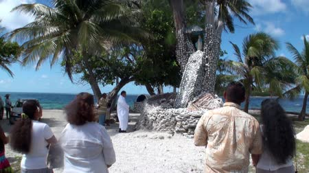 Полинезия : Tahiti Island, French Polynesia - 26 May 2018: People near religious tree with seashells. Стоковые видеозаписи