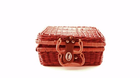proutěný : wicker picnic basket isolated on white