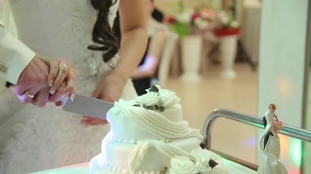 vágás : Detail of wedding cake cutting by newlyweds Stock mozgókép