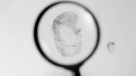 alargamento : Investigating fingerprint magnifier close up Stock Footage