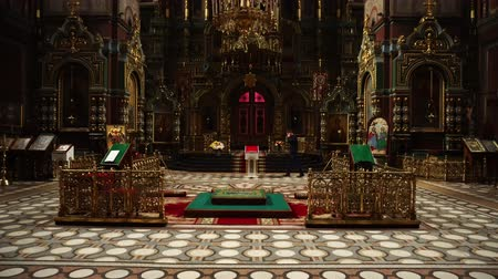 oltář : Elets, Russian Federation - April 2, 2018: A man stands near the altar in the Orthodox Church. Video shooting in the temple. Dostupné videozáznamy