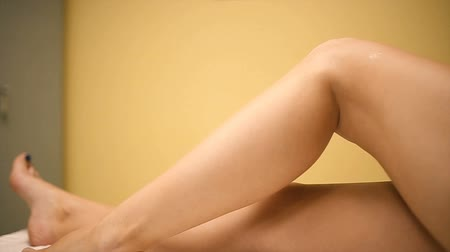 düzgün : Beautiful legs of the young girl Stok Video