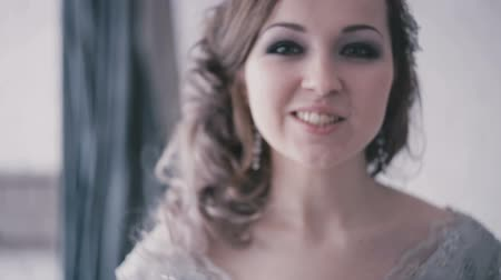mariage : Glimlachende mooie bruid in kledingsclose-up Stockvideo