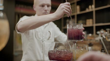 prepairing : Bartender makes a cocktails at the bar close-up Stock Footage