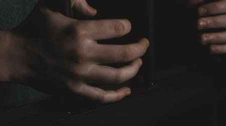 assombro : Mens hands hold on to the door in the dark room