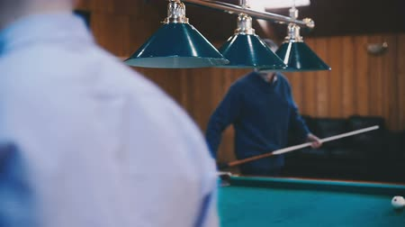 sinuca : Two men play billiards in the room