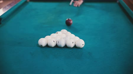 sinuca : Man breaks balls in billiards close up