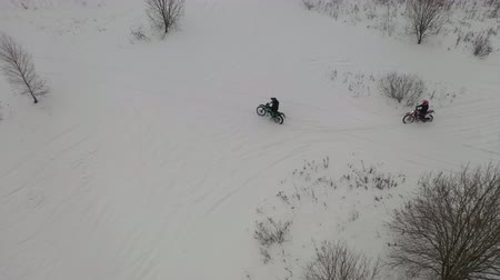terreno extremo : two guys riding motorcycles in the snow Vídeos