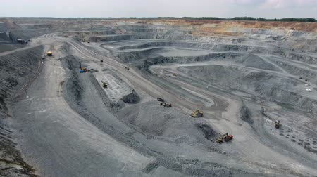 fosilní : operation of machinery in the open pit mining of copper ore