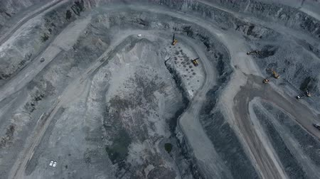 explotacion : operation of machinery in the open pit mining of copper ore