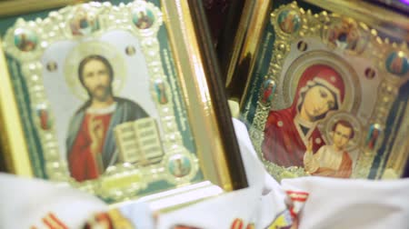 virgem : Married parents are holding Orthodox icons