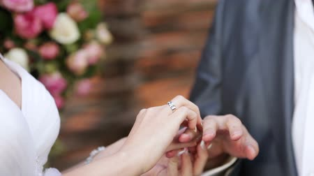halkalar : The groom dresses bride wedding ring on the ring finger Stok Video