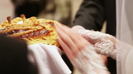 fırınlama : Pinch off the bride and groom from the wedding loaf. Salted piece of wedding bread.