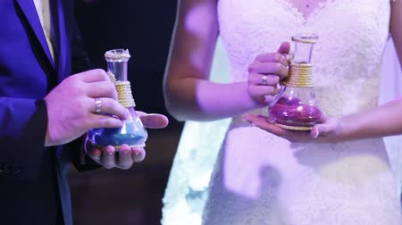 núpcias : Bride and groom are mixed multicolored sand in the sign of the unity of families