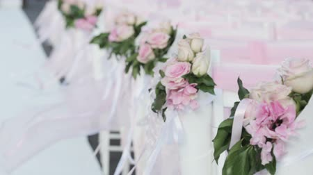 zęby : Rows of white chairs decorated with pink ribbons Wideo