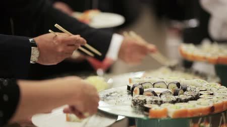 comida japonesa : Guests take sushi on a festive cocktail party Vídeos