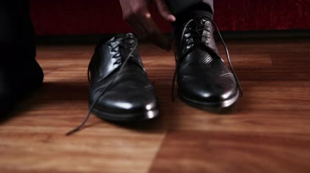 um objeto : Men wear expensive leather shoes. Two scenes.